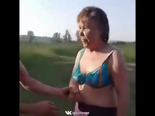 Пьяная женщина врезалась в две тачки