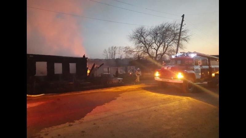 Старый дом горел слишком быстро на Урале в пожаре погибли 5 детей матери одиночки