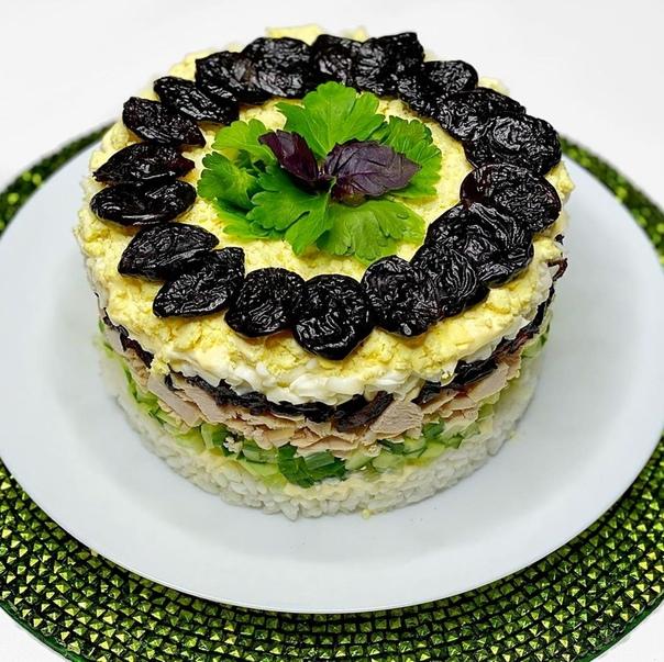Салат с рисом и черносливом Настоящий праздничный вкус! Попробовав однажды, вы уже его не забудете !Ингредиенты :куриная грудка - 250 грис - 100 гогурец - 1 шт.яйцо - 3 шт.чернослив - 100