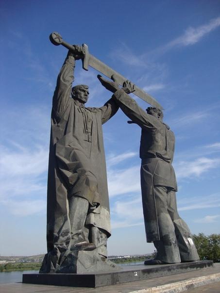 """Мало кто знает, что скульптура """"Родина - мать зовёт"""" на Мамаевом кургане в Волгограде только вторая часть композиции из трёх монументов с мечом Победы в разных городах"""