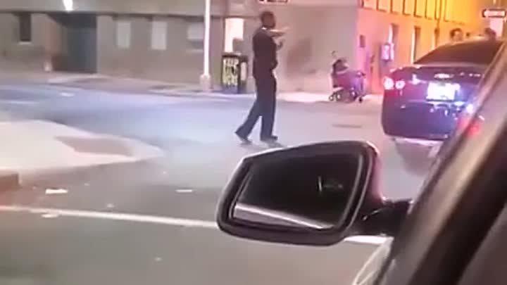 Женщина пожалела что подняла руку на полицейского