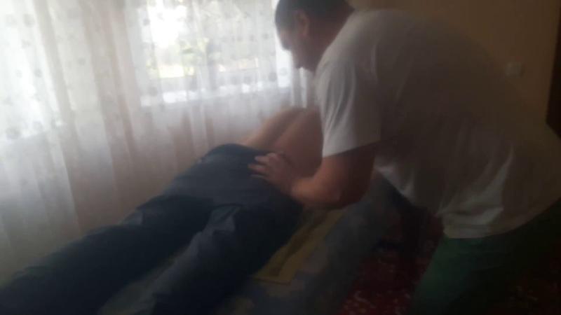 Костоправ с помощью ударной техники убирает поясничные боли Corectie vertebrala