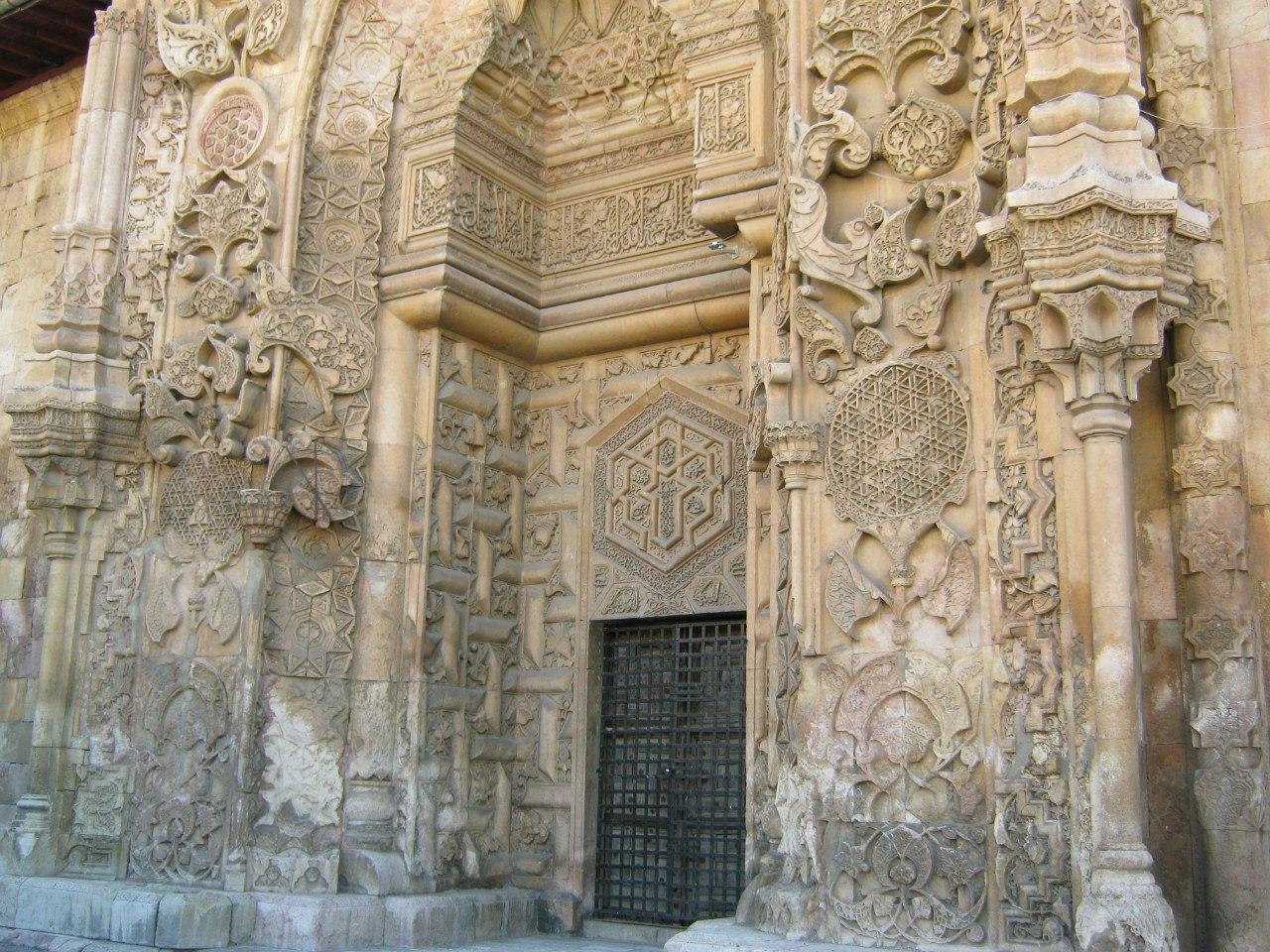 Очень красивый вход в мечеть в Дивриги